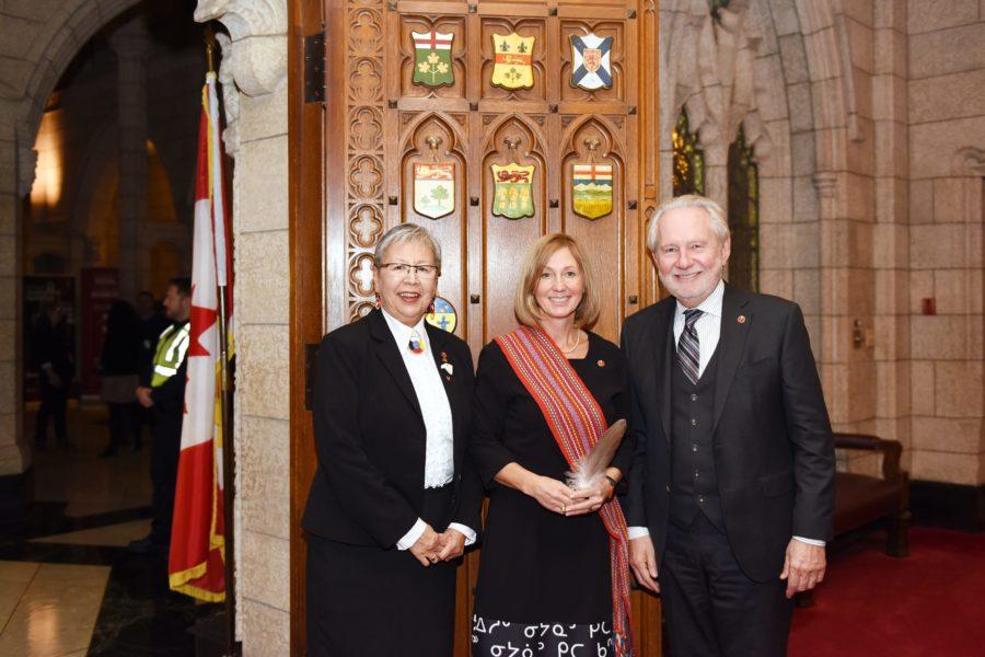 La sénatrice Lillian Dyck et le sénateur Peter Harder souhaitent la bienvenue à la sénatrice Patti LaBoucane-Benson (centre) le 16 octobre 2018.
